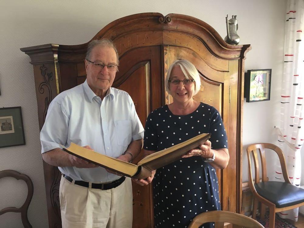 Klaus Kinkel und Maria Mussaeus mit dem Goldenen Buch der Stadt Warendorf