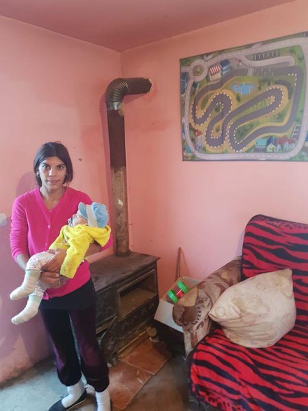 Mutter Ötves und Söhnchen im neuen Haus