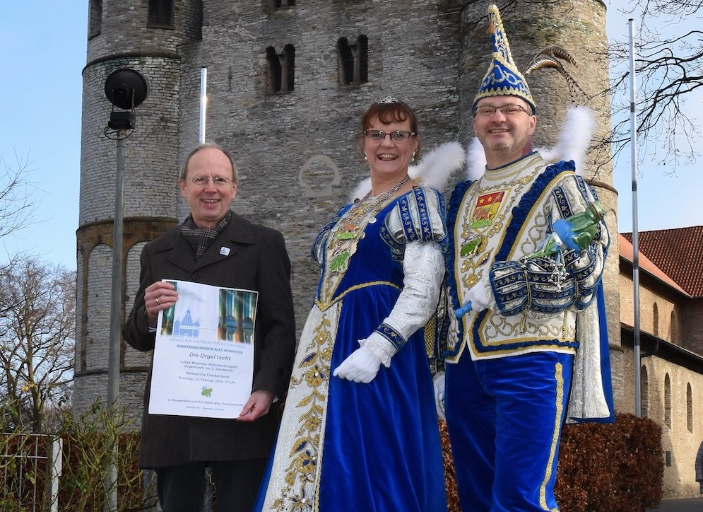 Prinzenpaar vor der Stiftskirche